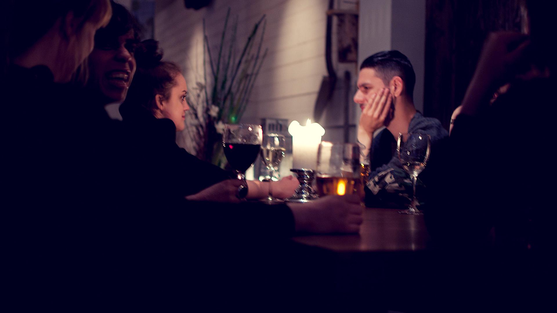 Restaurang folk som diskuterar